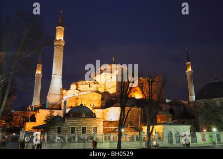 L'Aya Sophia Hagia () la nuit, Istanbul, Turquie Banque D'Images