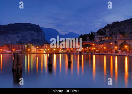 Vue sur le lac de Garde à Nago-Torbole illuminé, Trentino-Alto Adige, Italie, Suedtirol Banque D'Images