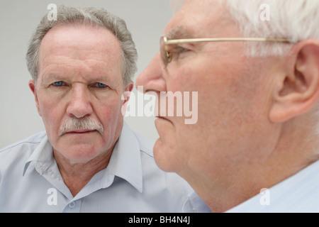 Portrait de deux hommes avec des expressions graves Banque D'Images