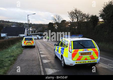 Les voitures de police faire une route bloc parce que d'un accident de circulation dans le village de chacewater Banque D'Images