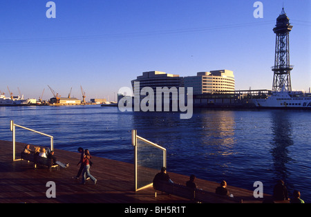Les personnes à la Rambla del Mar, le World Trade Centre en arrière-plan, le port de Barcelone. La Catalogne, Espagne.