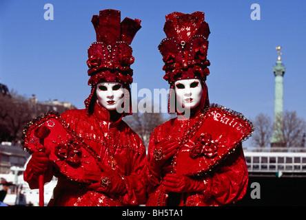 Deux hommes habillés en costume se tiennent près de la place de la Bastille au cours d'une fête vénitienne à Paris Banque D'Images
