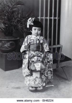 Fille de trois ans compose pour sa célébration Japon Shichi go san 1950 Banque D'Images