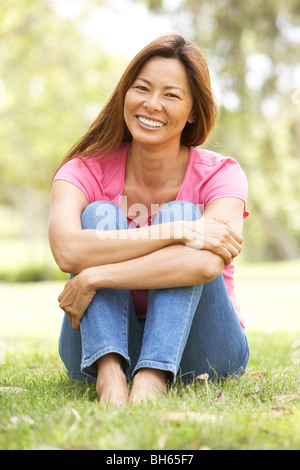 Portrait of Young Woman in Park Banque D'Images