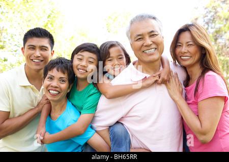 Portrait de groupe familial élargi dans Park Banque D'Images