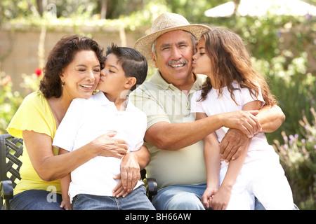 Portrait de grands-parents avec leurs petits-enfants dans le parc