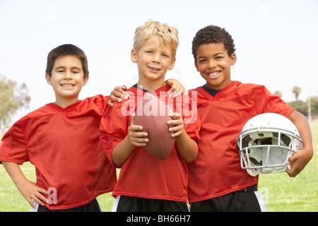 Les jeunes garçons dans l'équipe de football américain Banque D'Images