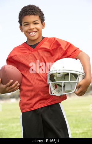 Jeune garçon au football Banque D'Images