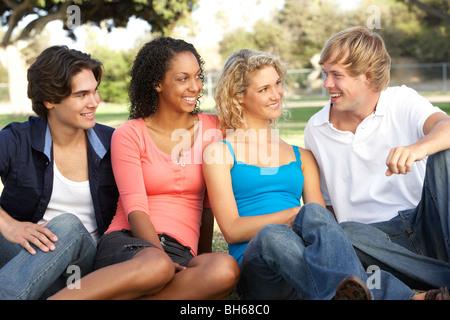 Groupe d'adolescents assis dans Jeux pour Enfants Banque D'Images