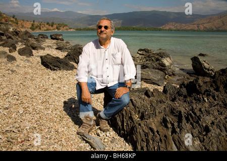 Jose Ramos-Horta, Président du Timor oriental, sur l'ouest de la plage de Dili s'arrête pour admirer son pays pacifique Banque D'Images