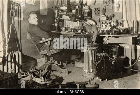 Repos réparateur dans son bureau encombré Banque D'Images