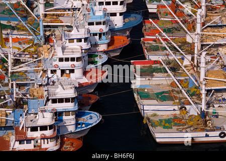 Bateaux de pêche dans le port, Çanakkale Turquie Babakale Banque D'Images