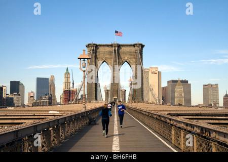 Les coureurs à travers le pont de Brooklyn à New York sur une bonne matinée ensoleillée Banque D'Images