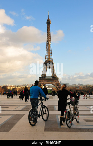 Les cyclistes en face de la Tour Eiffel Paris Banque D'Images