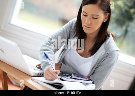 Jeune fille étudiant