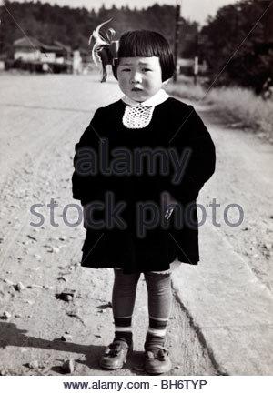Fille de trois ans compose pour son Shichi go san celabration Japon 1950 Banque D'Images
