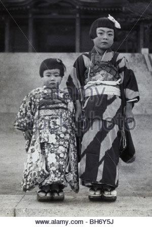 3 et 7 ans, fille, et compose pour son Shichi go san celebration Japon fin des années 40 Banque D'Images