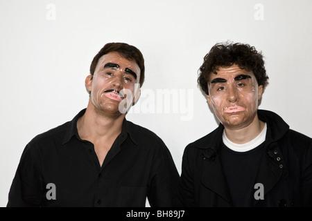 Deux hommes posant dans les masques de nouveauté