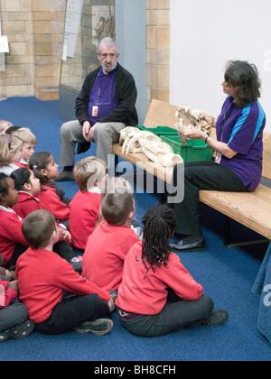 Les enfants de l'école britannique.La visite du Natural History Museum de Londres Banque D'Images