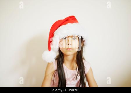 Fillette de six ans with santa hat