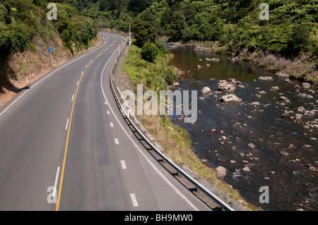 L'Autoroute de l'état vide du moteur 1 ohinemuri, rivière qui traverse la Karangahake Gorge, Banque D'Images