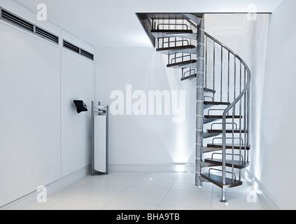 L'intérieur minimaliste - en colimaçon contre des murs blancs Banque D'Images