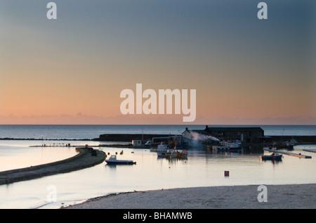 L'aube sur le célèbre port de Cobb à Lyme Regis, dans le Dorset Banque D'Images