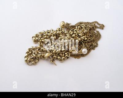 Paiement pour l'or petit tas de bijoux en or d'être vendus à la ferraille d'environ 40 grammes et £350 valeur début Banque D'Images
