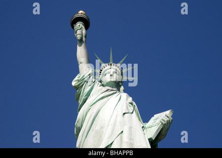 La Statue de la liberté face à l'encontre d'un ciel bleu clair, un jour ensoleillé Banque D'Images