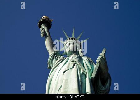 La Statue de la liberté contre un ciel bleu clair, un jour ensoleillé Banque D'Images