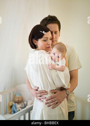 Une mère tenant un bébé nouveau-né Banque D'Images