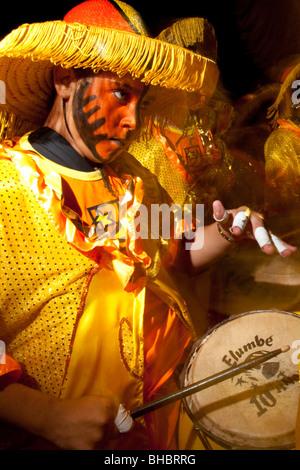 Une batterie de tambour effectue dans le défilé des Llamadas durant Carnaval de Montevideo, Uruguay. Banque D'Images