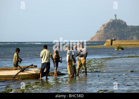 Les pêcheurs fournissent leur bateau sur la plage de Dili au Timor oriental