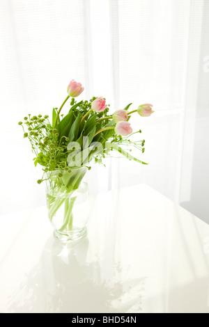 Vase de tulipes roses sur la table