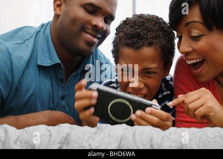 Parents fils jouer jeu vidéo Banque D'Images
