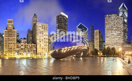 La Cloud Gate sculpture aussi connu comme 'le bean' dans le parc du Millénaire vue au crépuscule Banque D'Images