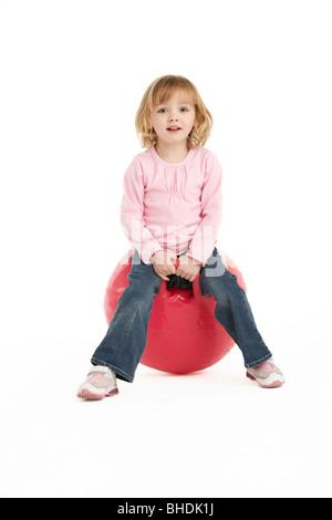 Jeune fille s'amusant sur bac gonflable Banque D'Images