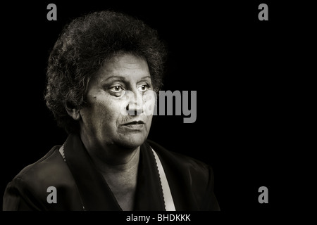 Tons monochromes portrait of a senior woman isolated on black Banque D'Images