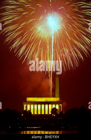 Plus d'artifice exploser le Lincoln Memorial et Washington Monument pendant les célébrations du Jour de l'indépendance Banque D'Images