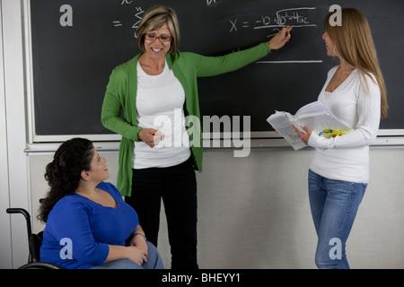 Femme professeur avec des élèves en classe