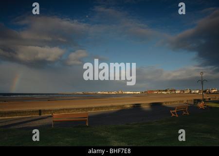 Arc-en-ciel au-dessus d'Ardrossan South Beach à Ardrossan sur le chemin du littoral de l'Ayrshire en Écosse