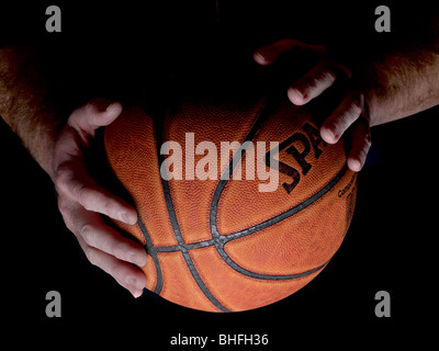Hands Holding Basket-ball Détail, USA Banque D'Images