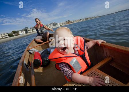 Petite fille et sa mère le canoë dans la baie de San Diego, San Diego, California, USA Banque D'Images