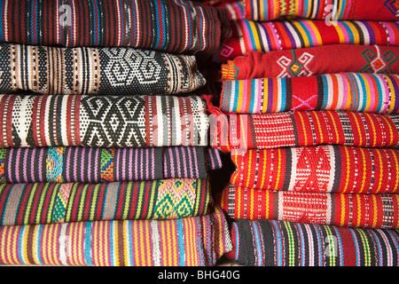 Marché traditionnel en tissu tais à Dili au Timor oriental Banque D'Images