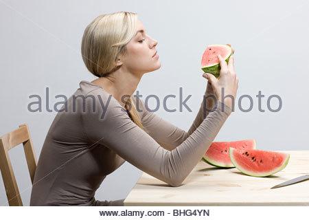 Femme avec des tranches de melon d'eau Banque D'Images