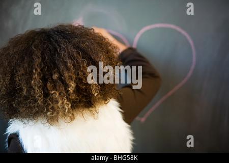 Dessin fille coeur on blackboard Banque D'Images
