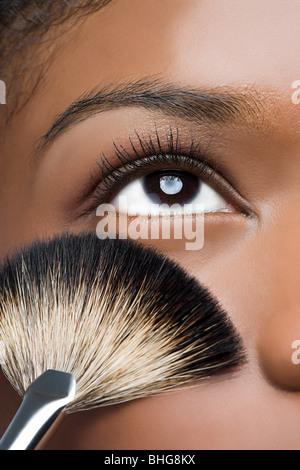 Femme avec brosse de maquillage près de eye Banque D'Images