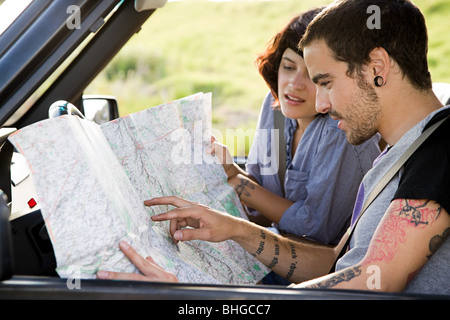 Couple looking at map Banque D'Images