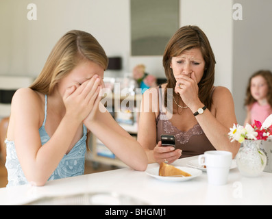 Mère voit cyberintimidation on cellphone Banque D'Images