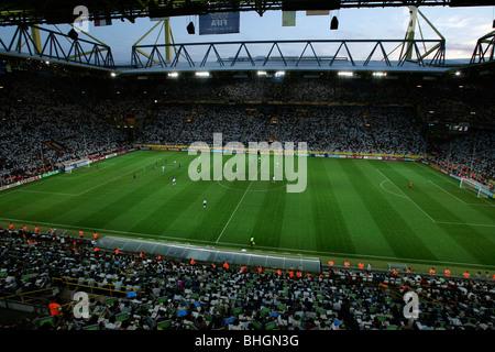Vue à l'intérieur du Westfalenstadion ou Signal Iduna Park, Dortmund, Allemagne au cours d'un match à la Coupe du Banque D'Images